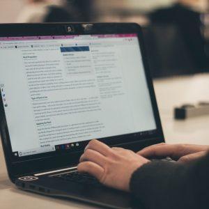 Nachhaltigkeit von Blogs. Person sitzt vor Laptop.